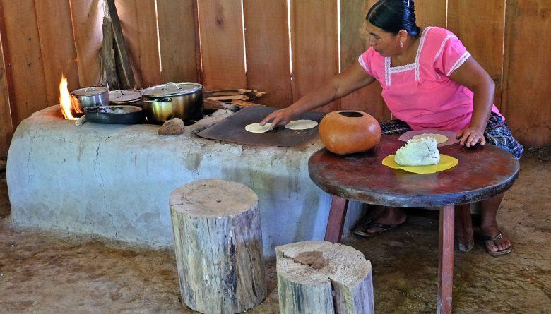 Tortillas werden auf einer Feuerstelle erhitzt